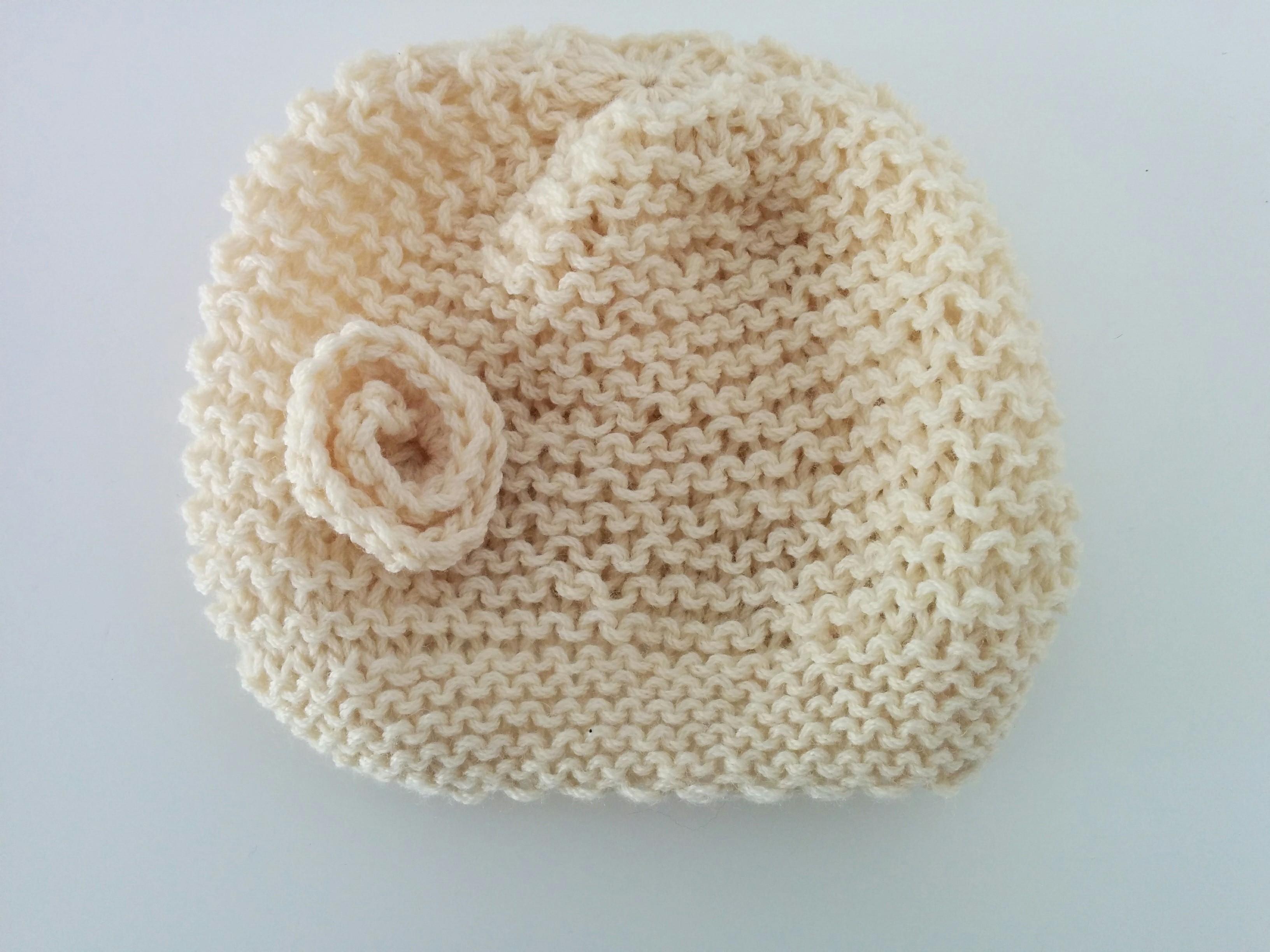 Χειροποίητος πλεκτός σκούφος άσπρος με άσπρο λουλουδάκι