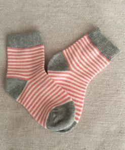 Παιδικές κάλτσες με άσπρο, γκρι και λεπτή ρίγα ροζ