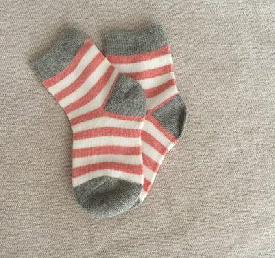 Παιδικές κάλτσες  με άσπρο, γκρι και χοντρή ρίγα ροζ
