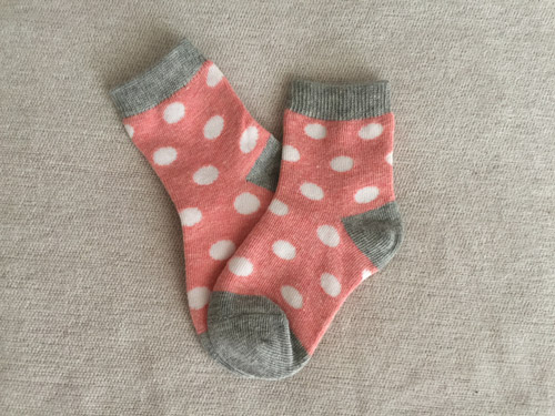 Παιδικές κάλτσες πουά με ροζ, γκρι και άσπρο